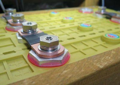 Batterie-Module mit Kuperbrücken verbunden und verschraubt