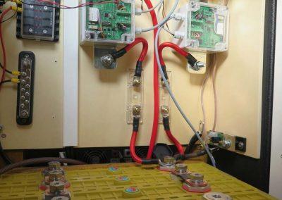 Beginn der Verkabelung der Relais mit der Batterie